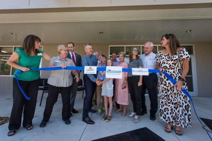 Simmons-Foods-ribbon-cutting
